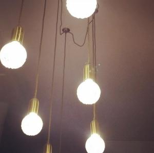 Ampoules suspendues, l'appartement Sézane