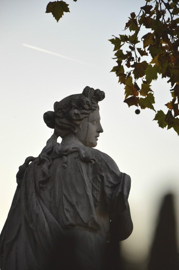 La modestie des statues du jardin des Tuileries, Paris