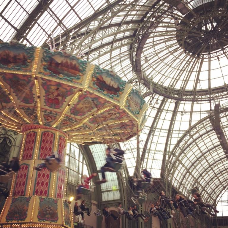 Manège balançoire au Grand Palais W/ Stéphanie - La moustache bleue