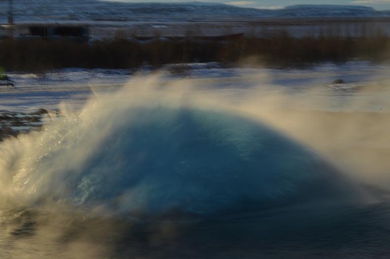 Le geyser Strokkur, bulle formée par le gaz, Cercle d'Or, Islande