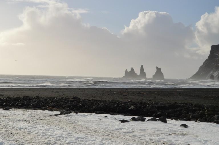"Les Reynisdrangar, ""rochers des Trolls"", vue de la plage de Vik"